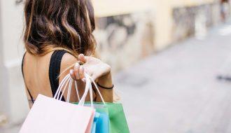 Femme dans la rue en pleine session shopping