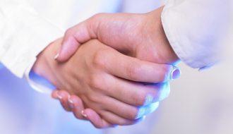 Une poignée de main